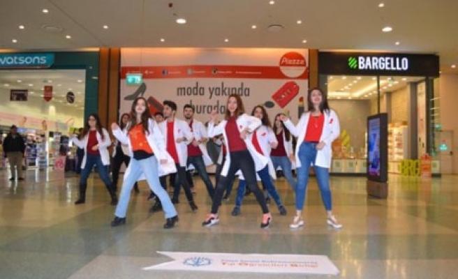 Tıp Öğrencileri PİAZZA'da Dans Ederek AIDS'e Dikkat Çektiler!