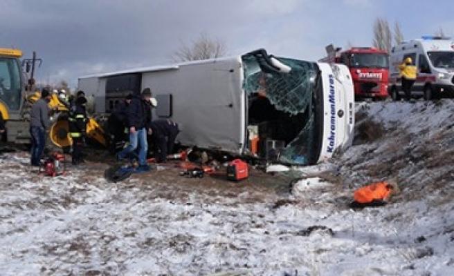 Trafik Kazasında Otobüste Sıkışan Yolcuları İtfaiyeciler Kurtardı