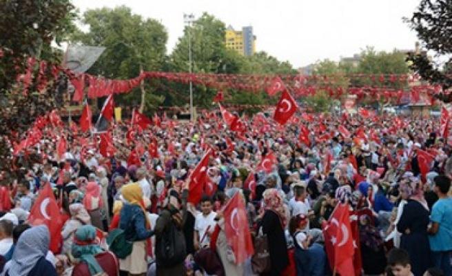 """Türkiye """"Demokrasi ve Şehitler"""" İçin Tek Yürek Oldu"""