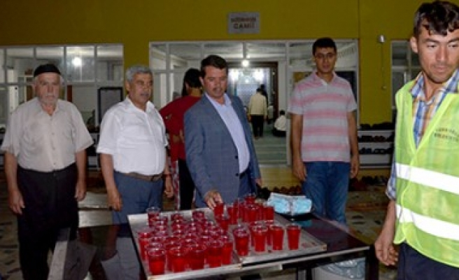 Türkoğlu'nda Tüm Camilerde Gül Şerbeti Dağıtımı Yapılıyor