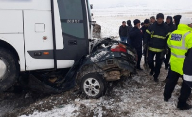 Yolcu Otobüsü İle Otomobil Çarpıştı: 1 Ölü, 2 Yaralı