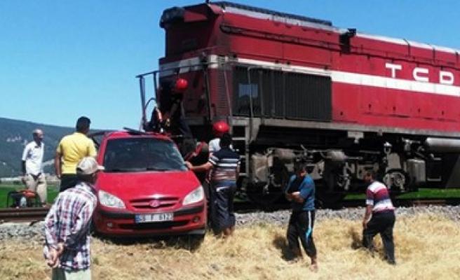 Yük Treni İle Otomobil Çarpıştı; Anne Ve Kızı Öldü, Baba Ağır Yaralandı