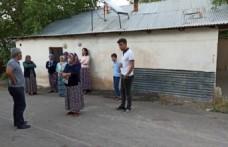Cinnet Geçiren Öğretmen Komşularına Satırla Saldırdı