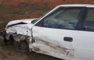 2 Otomobil Kafa Kafaya Çarpıştı: 3 Yaralı