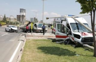 Ambulans İle Otomobil Çarpıştı: 4 Yaralı