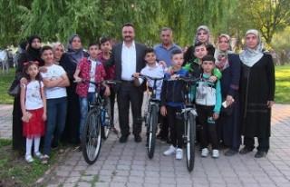 Başkan Gürbüz 100 Öğrenciye Bisiklet Hediye Etti