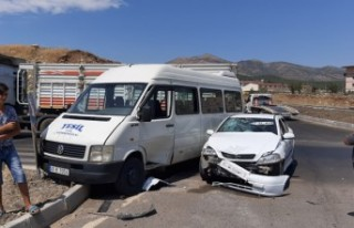 Kahramanmaraş'ta Minibüs İle Otomobil Çarpıştı:...