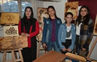 Elbistan'da Kadınlar Ahşap Yakma Sanatını...
