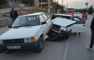 Park Halindeki Otomobile Çarptı 3 Kişi Yaralandı