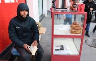 27 Yaşındaki Genç, Simit Satarak Kitap Okuyor