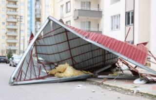 Kahramanmaraş'ta Rüzgar Çatıları Uçurdu