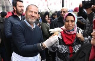 Alpedo-Kervan Vatandaşlara Kar Atında Dondurma Keyfi...