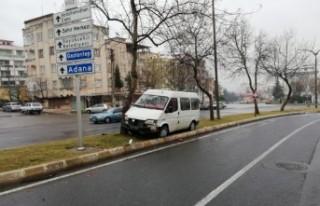 Direksiyon Hakimiyetini Kaybeden Minibüs Ağaca Çarptı