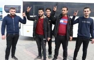 Suriyeli Gençler Mehmetçiğe Destek İçin Yola...