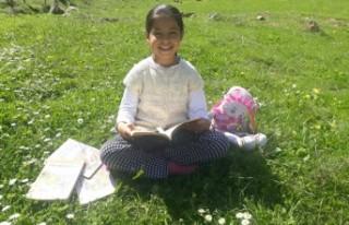 9 Yaşındaki İkra, Karantina Günlerini Kitap Okuyarak...
