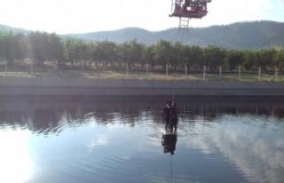 Sulama Kanalına Düşen Otomobilden Vinçle Kurtarıldı