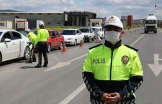 Polisten Çocuklara Kırmızı Düdük