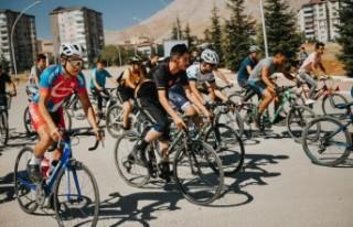 Elbistan Belediyesi Bisiklet Yarışı Düzenledi