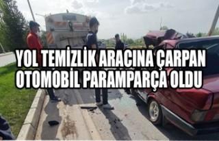 Yol Temizlik Aracına Çarpan Otomobil Paramparça...