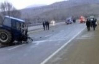 Ambulansa Çarpan Traktör İkiye Bölündü: 1 Yaralı