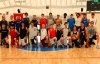 Genç Basketbolcular Zirve'de Olmak İçin Kolları...