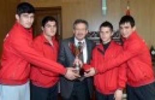 Güreşçilerden Başkan Poyraz'a Hediye