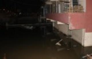 Kanalizasyon Borusu Patladı Ev Ve İş Yerleri Su...