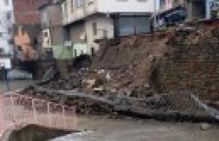 Okul Bahçesinin İstinat Duvarı Çöktü