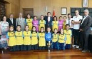 Şampiyon Hentbolculardan Başkan Erkoç'a Ziyaret