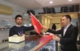 Ülkü Ocakları Esnafa Türk Bayrağı Dağıttı
