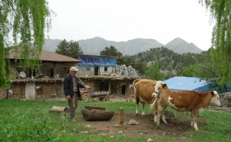 Dağ Köyünde Yıllardır Yalnız Yaşıyor
