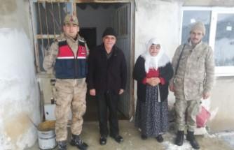 Jandarma Şehit Ailelerini Ziyaret Edip Vatandaşın Sobasını Temizlediler