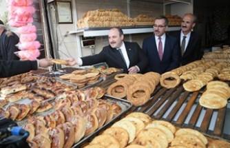 Bakan Varank, Vatandaşlara Çörek ve Meyan Şerbeti İkram Etti