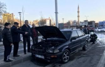 Kıbrıs Meydanı'nda Seyir Halindeki Otomobil Yandı