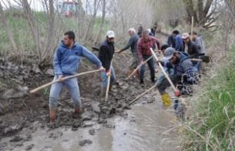 """Çiftçilerin """"İmece Usulü"""" Tarlaları Suya Kavuşturma Mücadelesi"""
