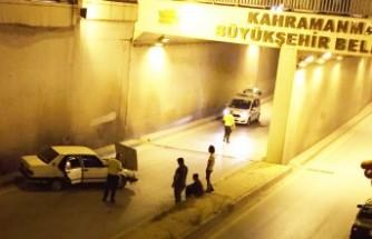 Otomobil Alt Geçit Duvarına Çarptı