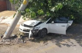Otomobil, Elektrik Direğine Çarptı: 1 Yaralı