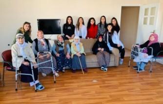 Elbistan'da Öğrencilerden Huzurevi Sakinlerine Saç Bakımı