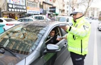 Trafik Polislerinden Yaya Ve Sürücülere Broşürlü Uyarı