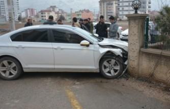 Elbistan'da Otomobil Duvara Çarptı 4 Yaralı