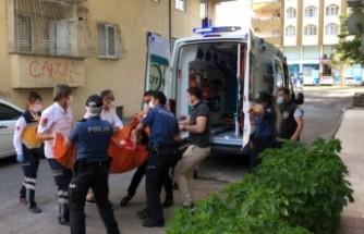 Evinin Penceresinden Sandalye Atan Kadını Polis Sakinleştirdi