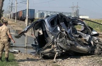 Yük Treni Hafif Ticari Araca Çarptı, 1 Kişi Öldü