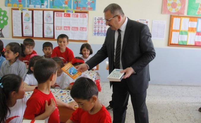 Başkan Aydın Okuma Bayramında Öğrencilere Kitap Hediye Etti