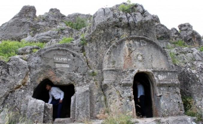 Kaya Mezarlar Dikkati Çekiyor