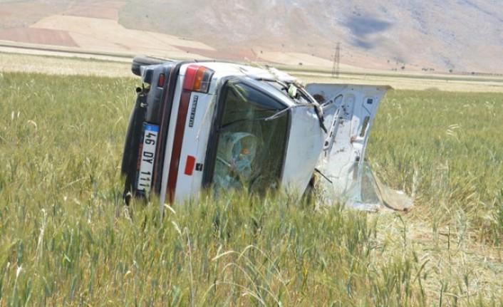 Otomobil Tarlaya Devrildi: 4 Yaralı